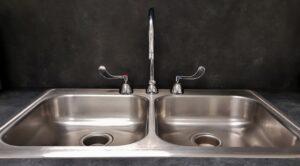 lucidare il lavello in acciaio